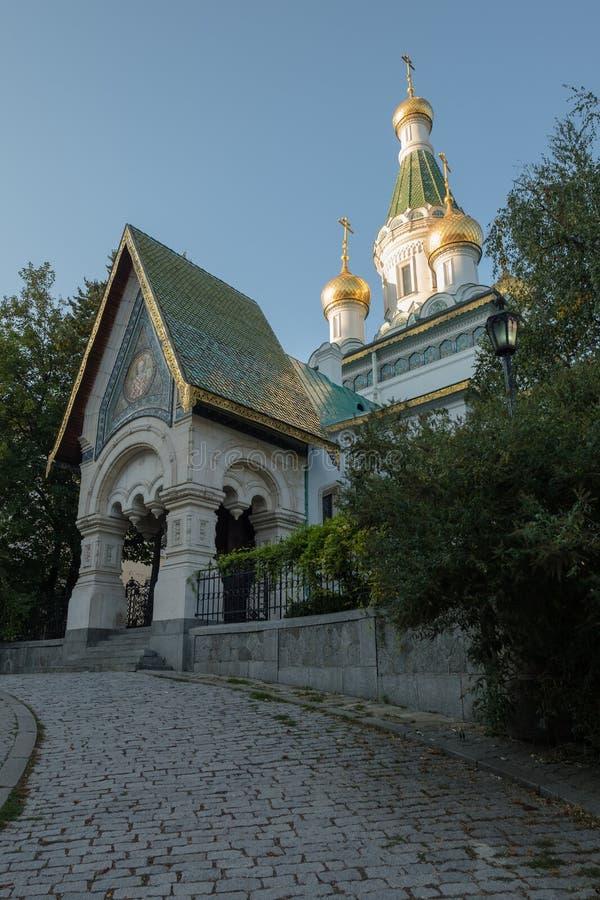Aproximação a Saint Nikolas Russian Church, Sófia com as abóbadas douradas da cebola imagens de stock royalty free