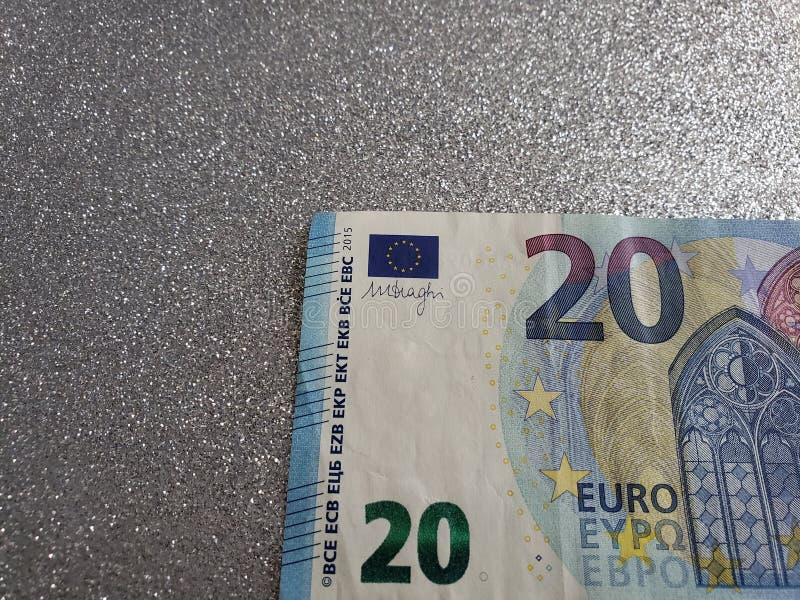 aproximação a uma euro- conta de 20 euro e fundo na cor de prata metálica foto de stock