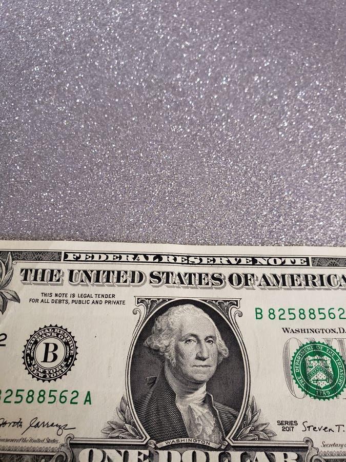 aproximação a uma nota de dólar e fundo na cor de prata metálica imagens de stock royalty free