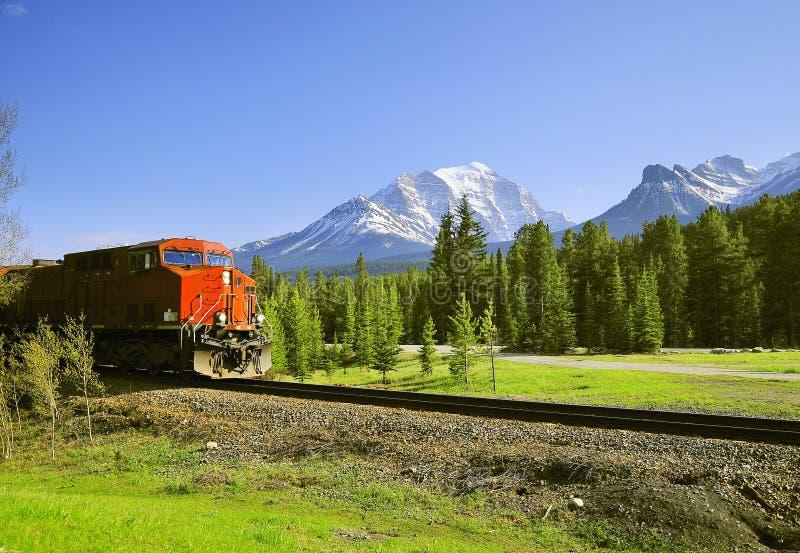 Aproximações do trem de mercadorias à estação de Lake Louise foto de stock