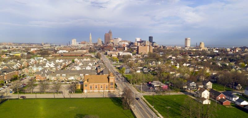 Aproxima??o do centro da tempestade da skyline de Cleveland da vista a?rea foto de stock