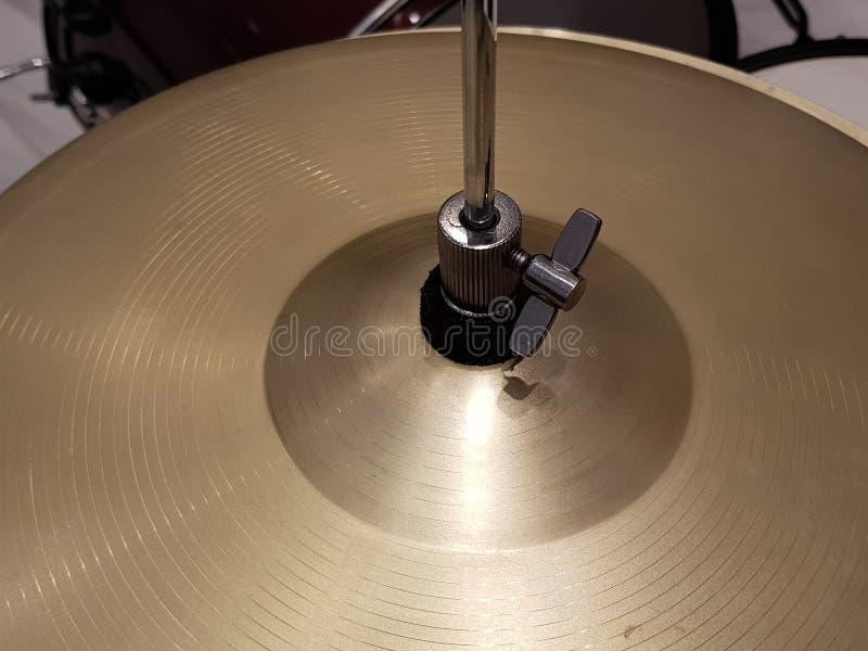 aproximando os pratos de uma bateria, de um instrumento de percussão, de um fundo e de uma textura musicais fotos de stock