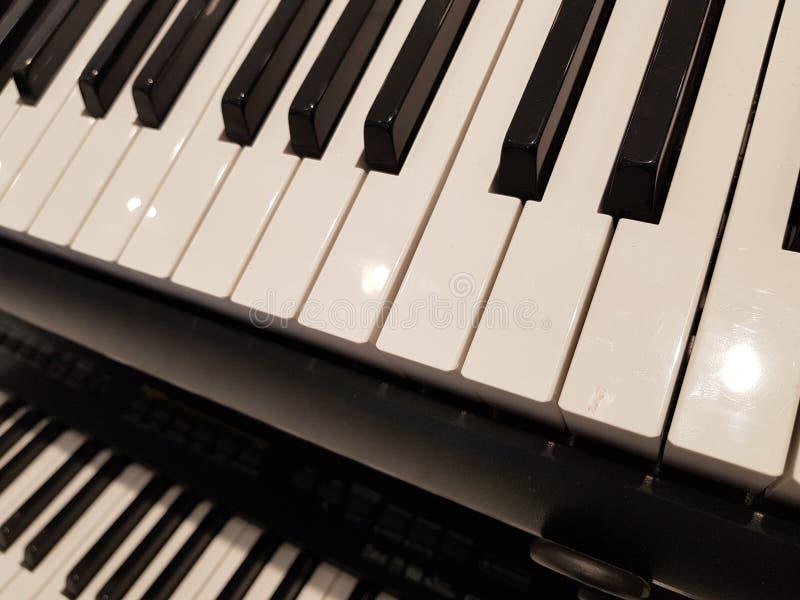 aproximando um teclado, um fundo e uma textura musicais fotografia de stock