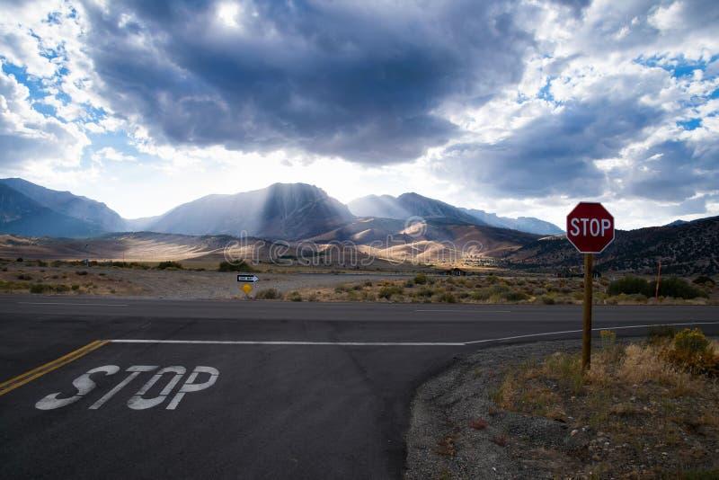 Aproxime uma interseção à estrada da prioridade com sinal de aviso fotografia de stock