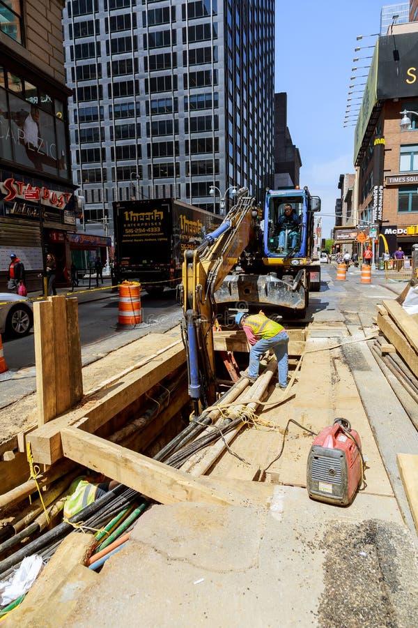 19 APRYL 2019 NY Remplacement des Etats-Unis des travailleurs de creusement de route de travaux effectuant le travail de renouvel image stock