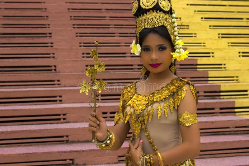 Apsara dansare Performance i tempel royaltyfria foton