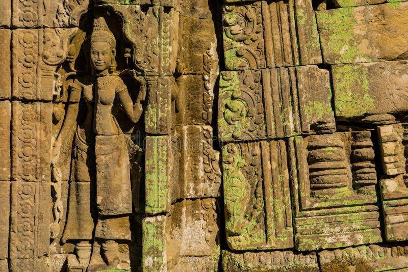 Apsara som snider i en tempelstenvägg i Angkor Wat royaltyfri bild