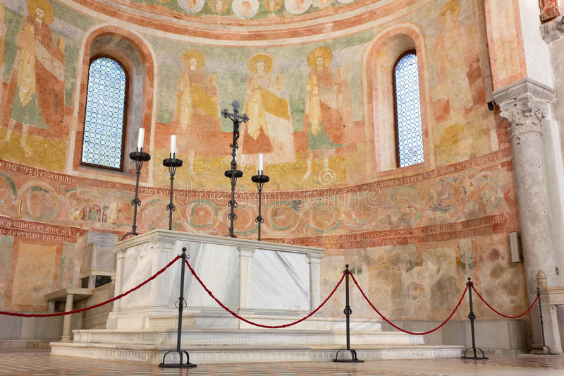 Apse και βωμός στη βασιλική Aquileia στοκ φωτογραφίες