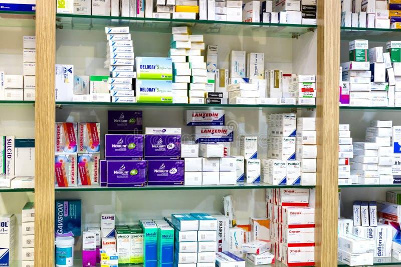 Apteka gabinety z pastylkami i karmowymi additives medycyn i leków zdjęcie royalty free