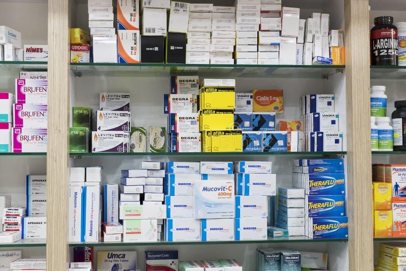 Apteka gabinety z pastylkami i karmowymi additives medycyn i leków fotografia royalty free