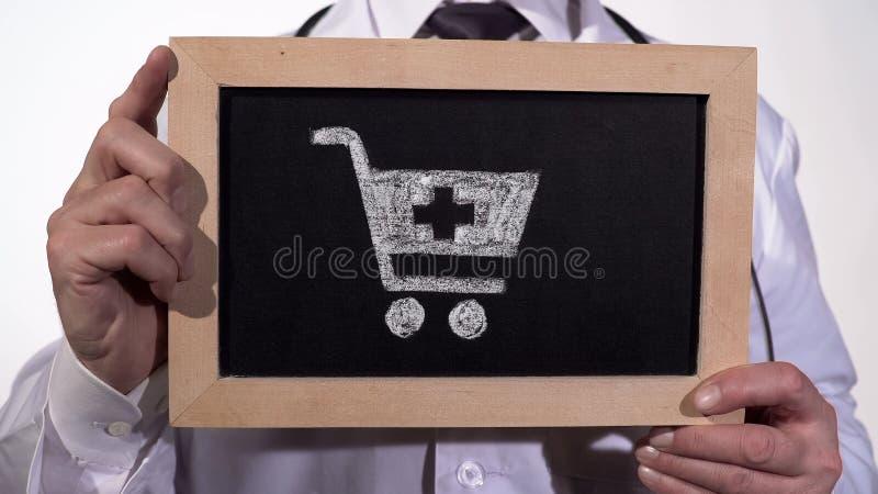 Apteki fura rysująca na blackboard w doktorskich rękach, farmaceutyczny biznes obrazy royalty free