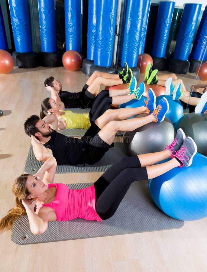 Aptidão de formação do núcleo do grupo da trituração de Fitball no gym imagens de stock