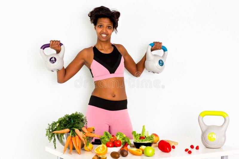 Aptidão desportivo, mulher negra, treinamento da mulher negra da aptidão da casa com pesos imagens de stock