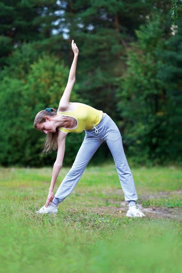 Aptidão, esporte, conceito do exercício - mulher que faz exercícios fotos de stock