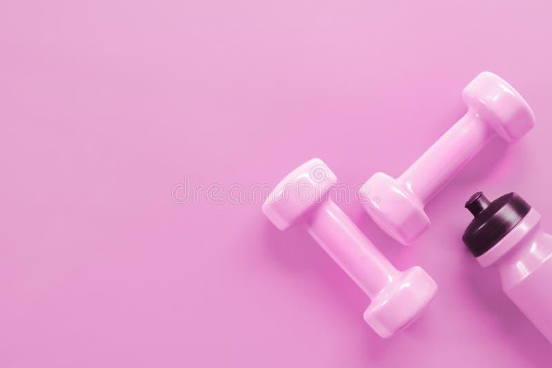 Aptidão, exercício, dando certo o conceito saudável do fundo do dia de Valentim do estilo de vida Pesos cor-de-rosa e garrafa cor imagem de stock royalty free