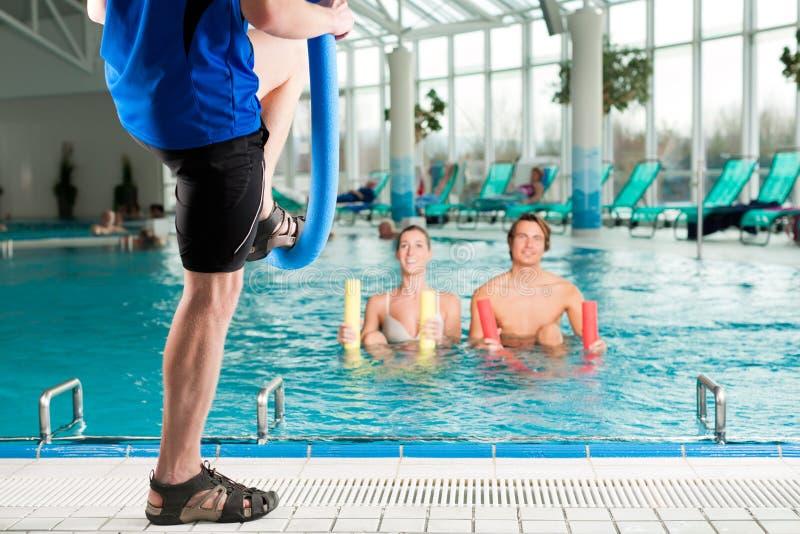 Aptidão - ginástica dos esportes sob a água na piscina fotografia de stock royalty free