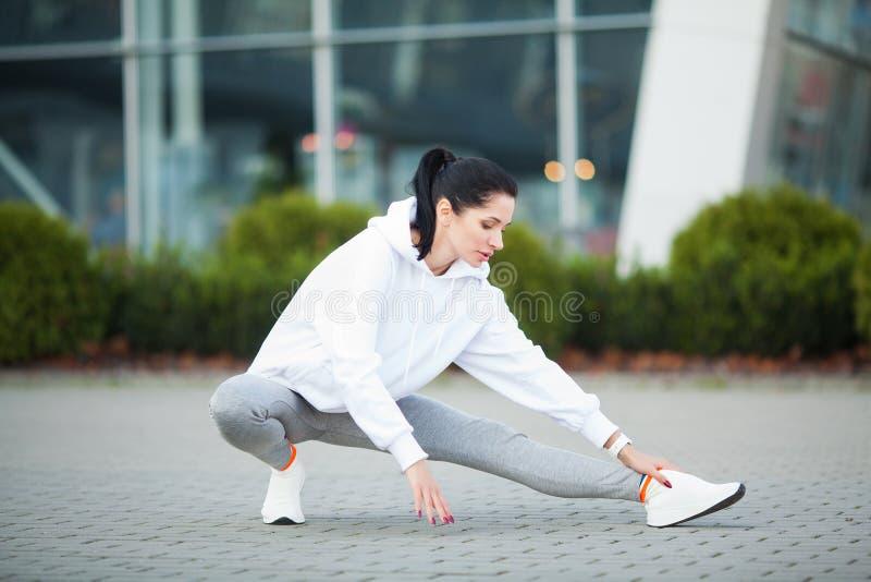 Aptidão Jovem mulher bonita que exercita no parque - esporte e conceito saudável do estilo de vida fotos de stock