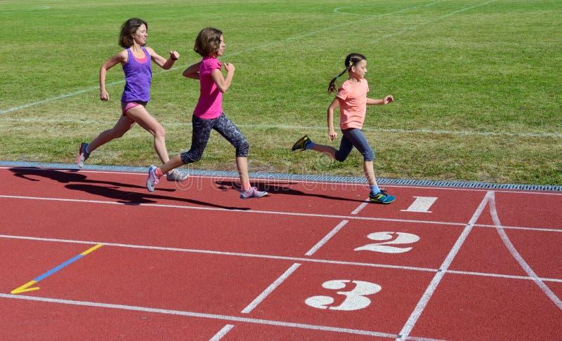 A aptidão, a mãe e as crianças da família correndo na trilha, no treinamento e nas crianças do estádio ostentam o estilo de vida  fotos de stock royalty free