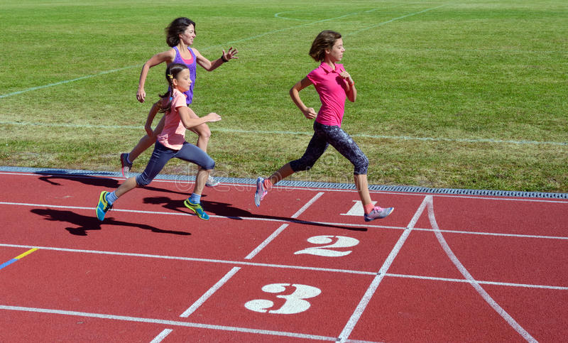 A aptidão, a mãe e as crianças da família correndo na trilha, no treinamento e nas crianças do estádio ostentam o estilo de vida  fotografia de stock