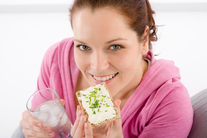 Aptidão - a mulher relaxa o petisco de vidro da água imagens de stock royalty free