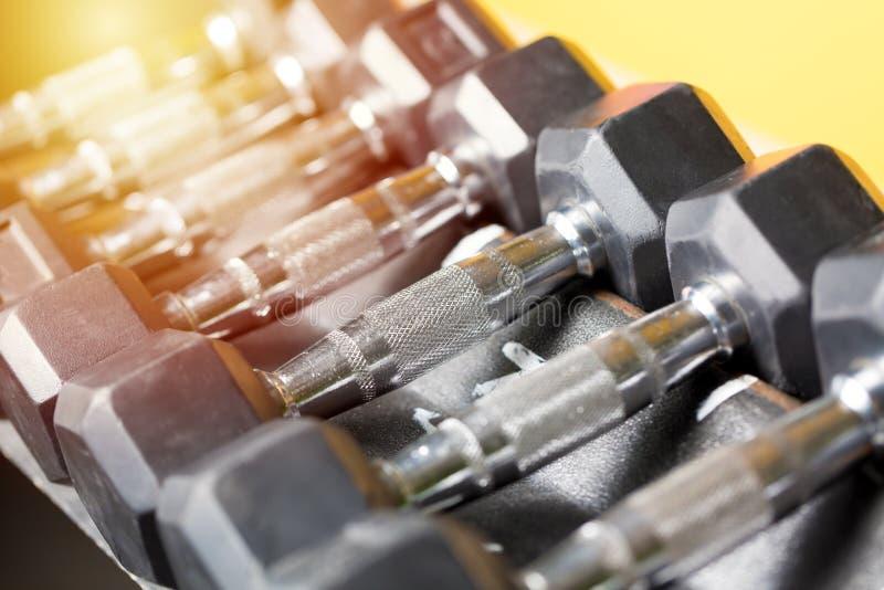 A aptidão ostenta o conceito Grupo preto do peso Feche acima de muitos pesos do metal na cremalheira no fitness center do esporte imagens de stock royalty free