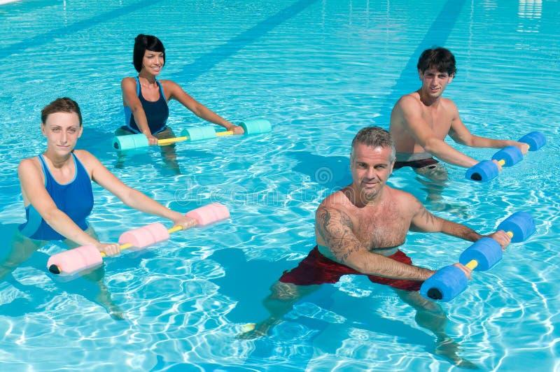 Aptidão que exercita na piscina fotografia de stock royalty free