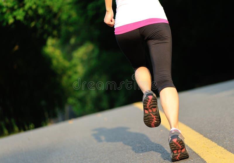 A aptidão saudável do estilo de vida ostenta o corredor da mulher foto de stock royalty free