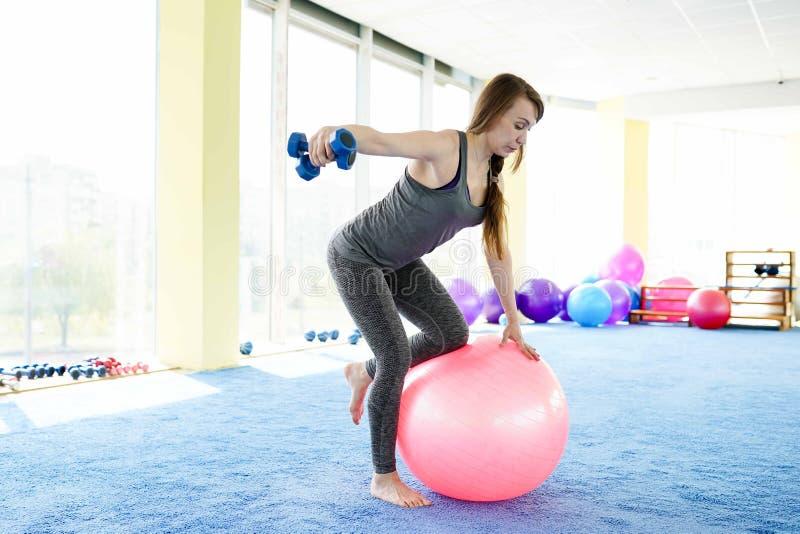Aptid?o da mulher mulher superior caucasiano bonita que faz o exercício com a bola no gym Estilo de vida saud?vel fotografia de stock