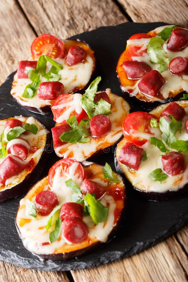 Aptitretande av bakad aubergine med ost, tomater, korvclo royaltyfri foto