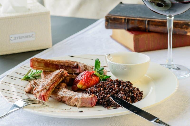 Aptitretande maträtt i en restaurang: saftiga fårköttstöd av medelrar royaltyfri fotografi