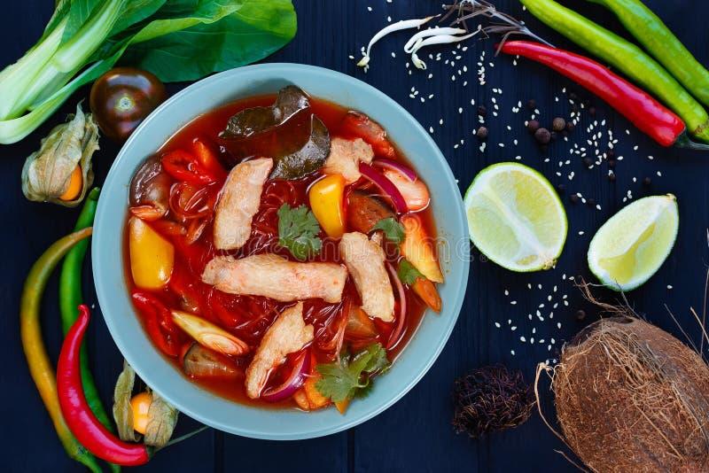 Aptitretande röd currysoppa med fega och risnudlar, plan la royaltyfria bilder