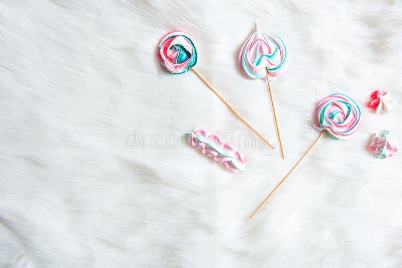 Aptitretande sötsaker som placerar på vit bakgrund royaltyfri foto