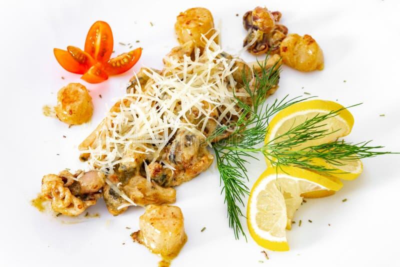 Aptitretande, saftigt, havs- på en vit platta, en maträtt för menyn och annonsering fotografering för bildbyråer