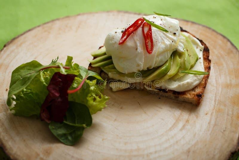 Aptitretande smörgås med avokadot och ägget arkivbild