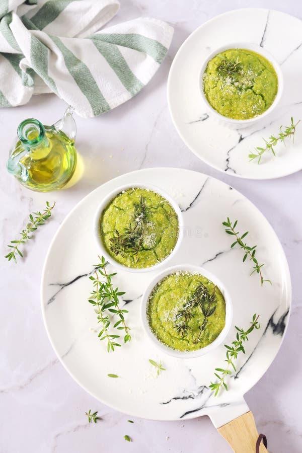 Aptitretare: grön grönsaksoufflе med parmesanost och oli royaltyfria foton
