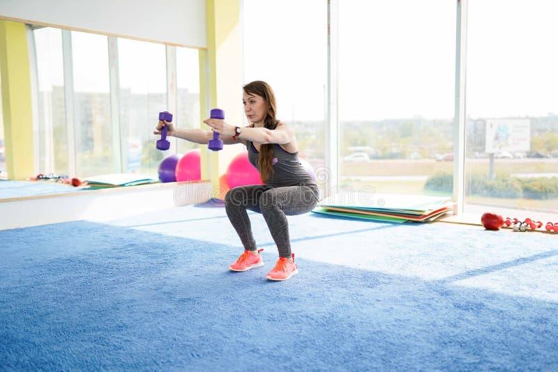 Aptitud de la mujer mujer mayor cauc?sica hermosa que hace ejercicio en gimnasio Forma de vida sana foto de archivo