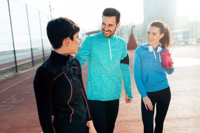 Aptitud de los amigos que entrena junto a sano activo al aire libre de vida fotos de archivo
