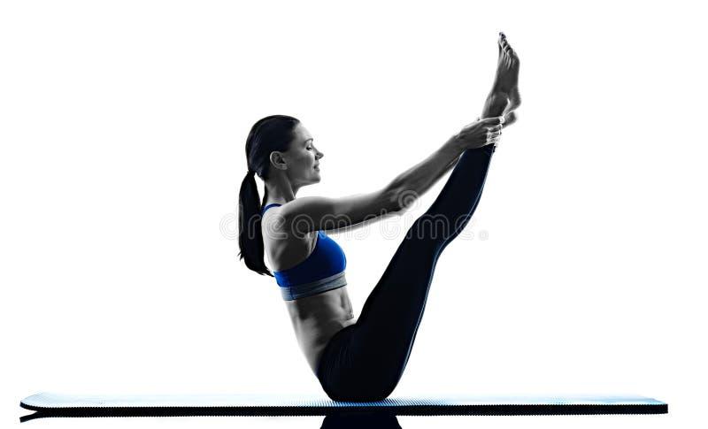 Aptitud de los ejercicios de los pilates de la mujer aislada fotos de archivo