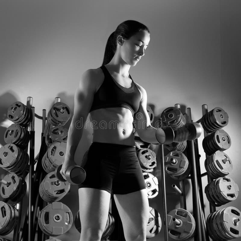 Aptitud del entrenamiento de la mujer de la pesa de gimnasia en el gimnasio fotografía de archivo