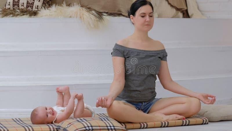 Aptitud del equilibrio del pedazo de la madre de la meditación de la yoga imagenes de archivo