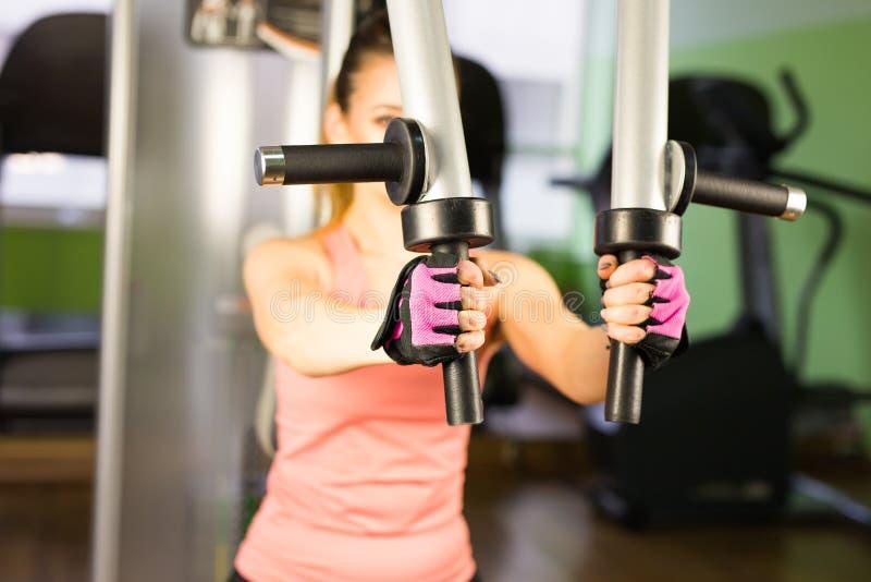 Aptitud, deporte, el powerlifting y concepto de la gente - mujer deportiva que hace entrenamiento en gimnasio fotos de archivo