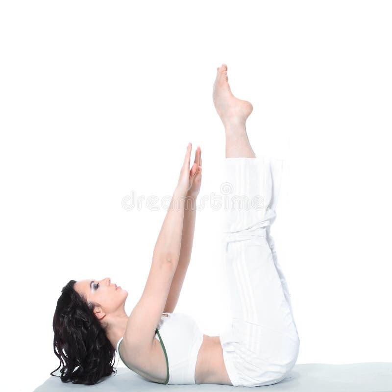 Aptitud, deporte, entrenamiento, gimnasio y concepto de la forma de vida - mujer deportiva hermosa que hace ejercicio en el piso imagenes de archivo