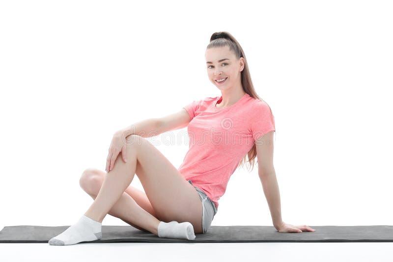 Aptitud, deporte, gente y concepto sano de la forma de vida - mujer que hace la meditación de la yoga en actitud del loto en la e fotografía de archivo libre de regalías