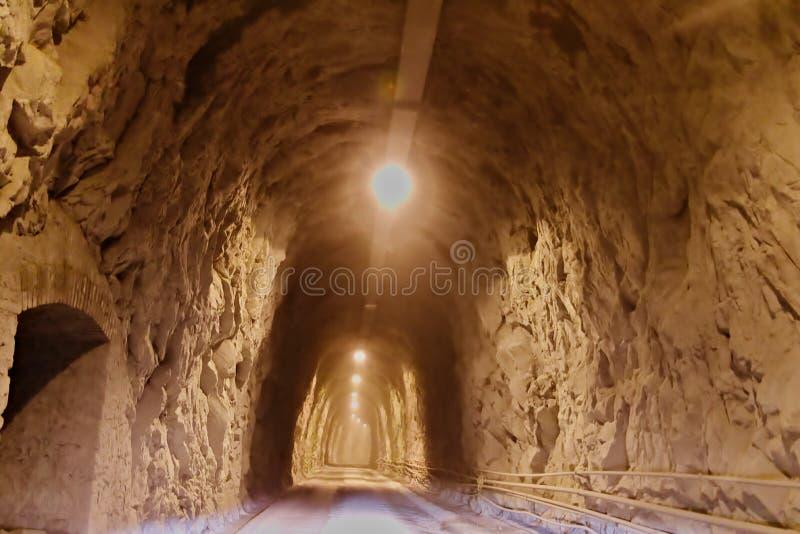 Apuan fj?ll?ngar, Carrara, Tuscany, Italien Mars 28, 2019 Tunnel i de Carrara bergen royaltyfri foto