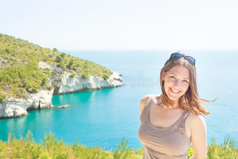 Apulia Italien - stående av en le kvinna på det Grotta dellalägret royaltyfri foto