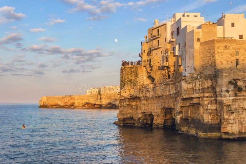 Apulia kust Polignano per sommarafton: en panorama- sikt-ITALIEN (Bari) - arkivbilder