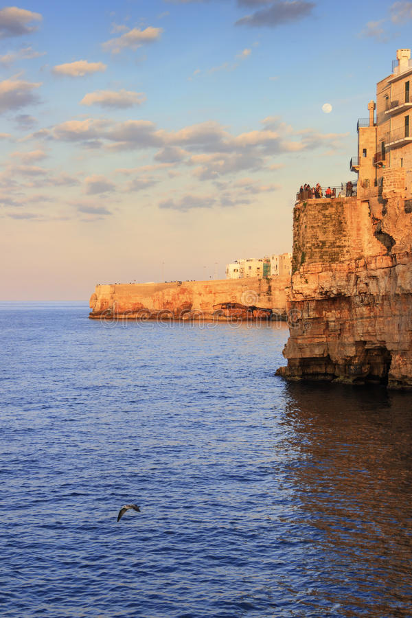 Apulia kust Polignano per sommarafton: en panorama- sikt-ITALIEN (Bari) - royaltyfria bilder