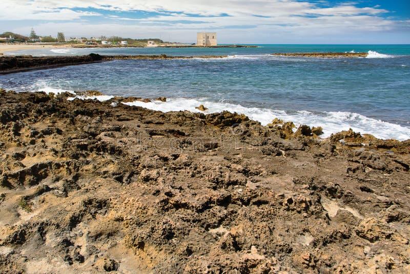 Apulia skalisty wybrzeże i błękitny morze zdjęcia royalty free