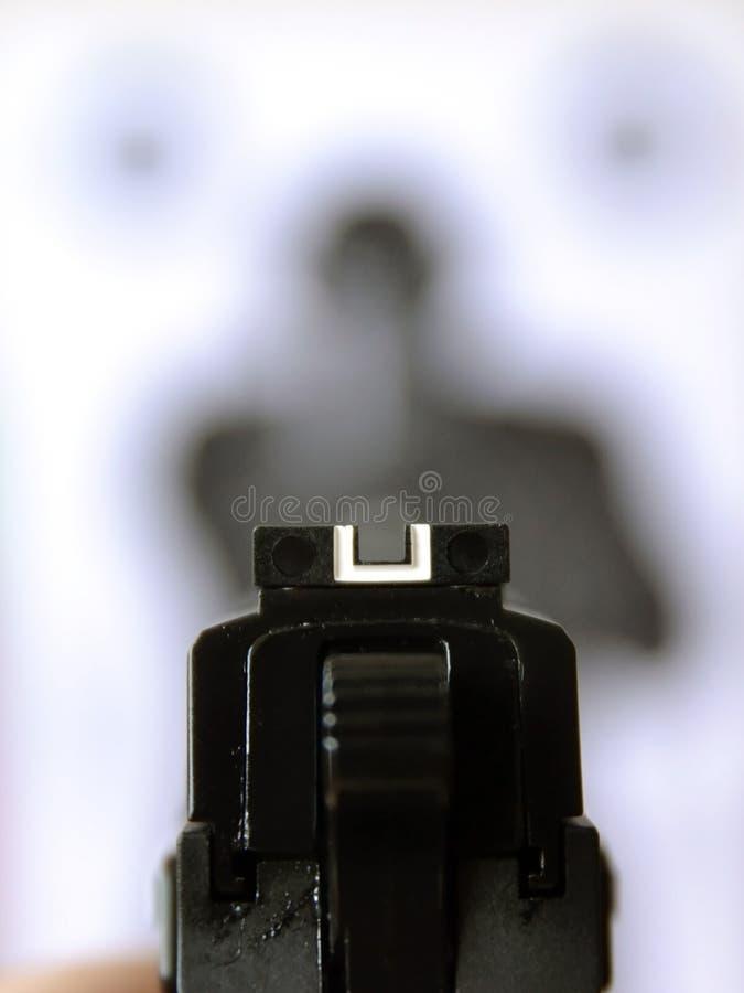 Apuntar el arma a la blanco imagenes de archivo