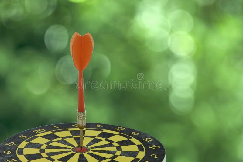 Apunte el dardo con la flecha roja aislada en el fondo blanco foto de archivo libre de regalías